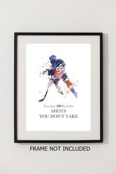 Pour la vente directe de lartiste   Original Art Print de Wayne Gretzky Quote illustration réalisée avec des techniques mixtes et un Design contemporain « Vous manquez 100 % des coups de feu que vous ne prenez pas »   Collectable fine art print Signée et datée au dos  IMAGE ET MONTAGE NON INCLUS Filigrane ne sera pas visible sur votre impression   Collectable oeuvre actuellement en vente dans le monde entier Cadeau idéal  Imprimées sur du papier photographique de haute qualité 280gsm…