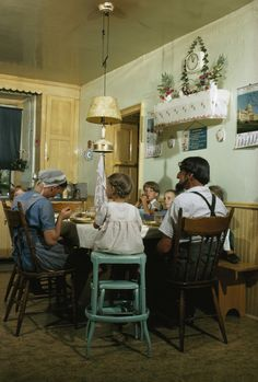 Amish family at kitchen table. Amish Country, Country Life, Amish House, Amish Family, Amish Culture, Amish Community, Amish Recipes, Oil Lamps, Farm Life