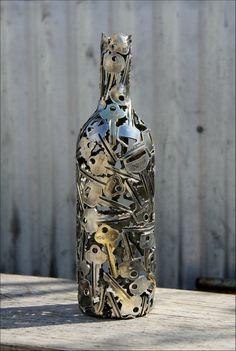 Декоративная ваза из множества старых ключей.