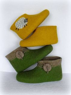 Especially the green with edge I think . Felted Wool Crafts, Felt Crafts, Wet Felting, Needle Felting, Felt Boots, Wool Shoes, Handmade Skirts, Felted Slippers, Felt Patterns