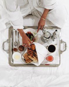 Breakfast in bed colazione a letto 25 Ideas Breakfast And Brunch, Luxury Breakfast, Hotel Breakfast, Romantic Breakfast, Breakfast Tray, Brunch Food, Morning Breakfast, Bed Recipe, Huevos Fritos