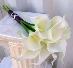 Calla lily boda bouquet blanco ciruelo morado tacto verdadero