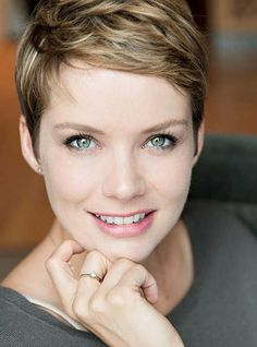 How to style the Pixie cut? Despite what we think of short cuts , it is possible to play with his hair and to style his Pixie cut as he pleases. Easy Hair Cuts, Short Hair Cuts, Short Hair Styles, Pixie Cuts, Pixie Cut Color, Pixie Hairstyles, Pixie Haircut, Short Hairstyles For Women, Easy Short Haircuts