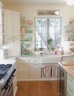 Винтажные аксессуары, предметы мебели, техника в стиле 50-х, дополненная гарнитуром в пастельных тонах, – современная кухня в стиле шебби-шик.