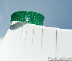 Silver plated cuff  with Emerald green polished stingray lwather - BerlinGlam, €29.90