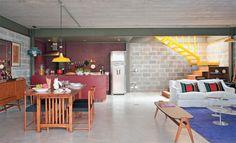 A estrutura – metal e blocos de concreto – planejada pelo arquiteto Tito Ficarelli permitiu que a casa de 192 m² ficasse pronta em apenas quatro meses. A escolha por esses materiais se evidencia inclusive nos acabamentos internos: tanto a laje quanto os blocos ficaram aparentes.