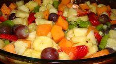 Colocar as frutas cortadas em um refratário. Misturar o açúcar no suco de laranja, misturar até dissolver. Colocar o suco nas frutas, misturar bem e deixar gelando por no mínimo de 3h.        Salada de Frutas Com Sorvete      Em uma taça colocar a salada