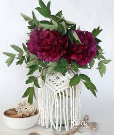 Közeledik anyák napja. Kétségkívül idén egy kicsit másképp, más hangulatban ünnepeljük mint eddig. A jelenlegi helyzetben talán még fontosabb, hogy megmutassuk édesanyánknak,nagymamánknak, hogy mennyire szeretjük és mennyire fontosak nekünk.💖 Egy-egy szál virág vagy szép ajándék boldoggá teheti szerettünket. Amennyiben szívesen ajándékoznátok ezen az igazán szép napon zia díszeket, mi feltöltöttünk a webshopunkba néhány kifejezetten erre az alkalomra tervezett makramézott vázát… Dianthus Caryophyllus, Christmas Wreaths, Christmas Tree, Mandarin Oriental, Handmade Home, Red Roses, Glass Vase, Holiday Decor, Flowers