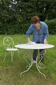 Repaint an iron garden this is easy - house side Diy Furniture Upholstery, Outdoor Furniture, Table Jardin Metal, Pergola Metal, Outdoor Tables, Outdoor Decor, House Siding, My House, Iron