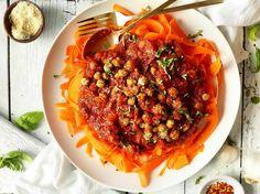 Морковная лапша с нутом, томатами и базиликом