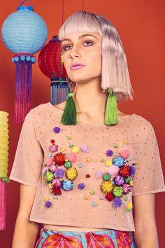 Bestselling glitter pom pom crop top by L. Festival Outfits, Festival Fashion, Festival Party, Festival Costumes, Pom Pom T Shirts, Do It Yourself Fashion, Diy Fashion, Fashion Design, Green Silk