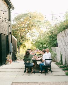 Come and gather those friends around this table for a meal outside! Thanks for the photo @sara_garza