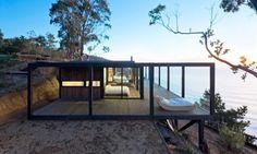 Till House: casa de madera en un acantilado. Casa para los fines de semana, construida en un acantilado en Chile, con estructura de madera y gran terraza panorámica cubierta con pérgola. Planos proyecto. #Arquitectura