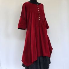 Longue tunique femme en coton bordeaux uni , col rond et boutons sur le devant : Chemises, blouses par akkacreation