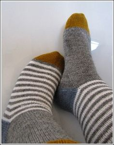 again on the feet – socken stricken Lace Socks, Crochet Socks, Knitting Socks, Hand Knitting, Knit Crochet, Lots Of Socks, Free Dobby, Woolen Socks, Fashion Socks