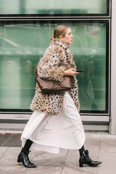 No mires el bolso, aquí importa otra cosa: los botines 'witch' Don't look at the bag, something else matters here: the 'witch' ankle boots # winterfashion # winteroutfits Look Street Style, Street Chic, Paris Street, Street Fashion, Winter Stil, Casual Fall Outfits, Winter Outfits, Fashion Models, Fashion Trends