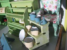 Mine dukkehuse: Gamle møbler og forskellige skåle og kander.
