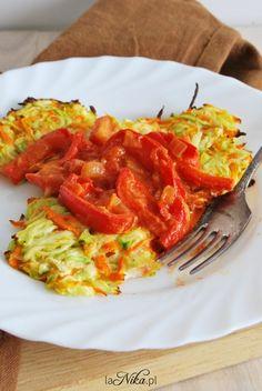 Gotowe placki z cukinii i marchewki z sosem pomidorowo-paprykowym