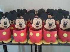Fabricantes de doces de Minnie e Mickey mouse reutilizando garrafas de plástico - Fondo de pantalla para teléfonos - Festa Dulceros Mickey Mouse, Mickey Mouse 1st Birthday, Mickey Party, Mickey Minnie Mouse, First Birthday Parties, First Birthdays, Mini Mouse, Mouse Parties, Felt Crafts