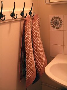 handduk i cottolin och velor - Simple row of hooks for handwoven towels.