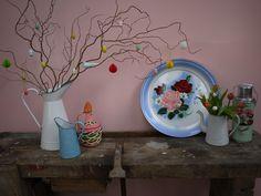 Paasdecoratie voor het interieur met frisse lentekleuren en emaille accessoires. Te vinden op www.grijsengroen.nl