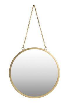 Een ronde wandspiegel met een metalen lijst. De spiegel heeft twee oogjes en een metalen ketting om de spiegel aan op te hangen. Schroeven worden niet meege