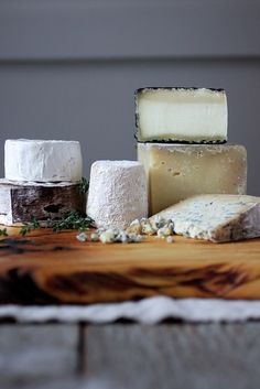 Artisan Cheese Display on wooden board Fromage Cheese, Queso Cheese, Wine Cheese, Real Food Recipes, Yummy Food, Cooking Recipes, Goat Recipes, Cooking Tips, Antipasto
