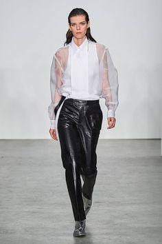 Helmut Lang Fall 2019 Ready-to-Wear Fashion Show - Vogue Helmut Lang, Fashion Show Collection, White Fashion, Mannequins, Work Wear, Fashion Brands, Ready To Wear, Autumn Fashion, Vogue
