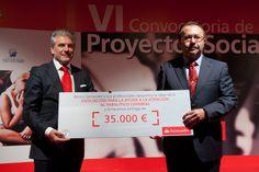 Recibe el premio:  Francisco José Sánchez López, Presidente ANTENPACE.  Entrega el premio:  Enrique García Candelas, DG Santander España.