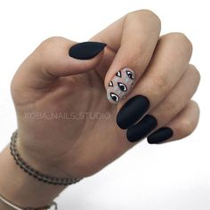 Semi-permanent varnish, false nails, patches: which manicure to choose? - My Nails Black Manicure, Black Coffin Nails, Matte Black Nails, Black Nail Art, Nail Manicure, Gel Nails, Black Nails Short, Minimalist Nails, Nail Swag