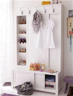 Mooie witte halkast met schuifdeuren, veel opbergmogelijkheid, kapstok, schoenkast en bank tegelijkertijd