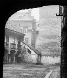 Starý dvůr (2720-1) • Praha, únor 1964 • | černobílá fotografie, pavlače, průjezd, Karmelitská 24 |•|black and white photograph, Prague|