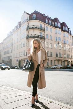 Autum Winter//White top, camel coloured coat, black skinny jeans, black heels//City Chic in Camel Coats