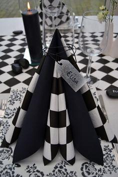 Frokost-servietter med sort/hvid tern til den unikke borddækning.
