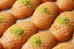 Tokat'a ait, içi yumuşacık dışı irmik kaplı nefis mi nefis, oldukça da lezzetli bir tatlıyla hira tatlısı tarifi ile karşınızdayız.