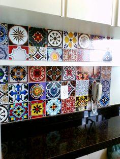 Adesivo vinílico com estampa de mosaico de azulejos,  dando charme à cozinha pequena.
