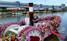 Erna and Gerdien from Bloem and Lifestyle were participating at the 2015 Westland Floating Parade. Among their various decorations, they created Porta Nova hearts made from top quality Red Naomi! roses.