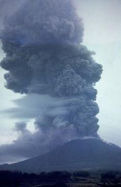 Mai 1963 - éruption du Gunung Agung sur Bali - photo D;Mathews
