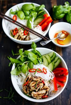 Vietnamese Vermicelli Bowl with hot lemongrass chicken or tofu and cool crisp veggies. Healthy, gluten free and delicious!