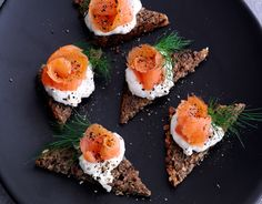 Røget laks med peberrodscreme - Hjerteforeningen Tapas Recipes, Appetizer Recipes, Healthy Recipes, Kreative Snacks, Brunch, Food Crush, Snacks Für Party, Tapas Party, I Love Food