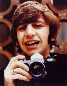 Ringo Starr: The Quietly Great Drummer of The Beatles Vintage Photos Show Legendary Musician as a Photographer Ringo Starr, George Harrison, John Lennon, Paul Mccartney, The Beatles, Por Tras Das Cameras, Sean Connery, Richard Starkey, Dslr Photography Tips