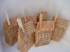 Diesen hübschen Adventskalender aus Papiertüten habe ich für dich als idyllisches Städtchen / Dorf gestaltet.   Dafür habe ich jedes Papiertütchen mit Liebe zum Detail mit Acrylstiften...