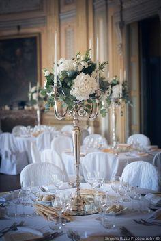 Centrotavola di matrimonio con candelabro, candele e fiori fresci