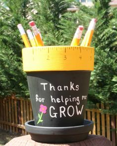 Personalized Teacher gift - pencil holder hand painted with Thanks for helping me GROW, Teacher name, vinyl flower - Lehrer Cute Gifts, Diy Gifts, Handmade Gifts, Personalized Teacher Gifts, Clay Pot Crafts, Teacher Name, Teacher Christmas Gifts, Teacher Appreciation Gifts, Vinyl