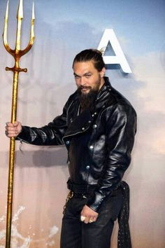 Jason Momoa attends the World Premiere of 'Aquaman' at Cineworld Leicester Square on November 2018 in London, England. Jason Momoa Aquaman, Aquaman Actor, Patrick Wilson, Lisa Bonet, Celebrity Stars, Alex Ross, Big Men, Celebrity Hairstyles, Justice League