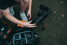 man setting up camera zoom lens Photography Backdrops For Sale, Photography Gels, Abstract Photography, Photography Tutorials, London Photography, Photography Magazine, Family Photography, Camera Zoom Lens, Instrumental Beats