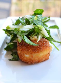 warm goat cheese salad - Summer Christmas - serve it after the main course and before the dessert Warm Goat Cheese Salad, Fried Goat Cheese, Think Food, Love Food, Vegetarian Recipes, Cooking Recipes, Meal Recipes, Lunch Recipes, Healthy Recipes