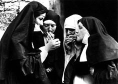 Monjas fumando