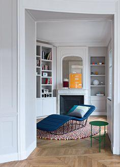 Petit salon aux touches colorées et sa bibliothèque, avec une méridienne bleu