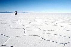 Cet immense désert de Bolivie s'étend sur 12 500 km². Il est le vestige d'un lac d'eau de mer asséché et constitue ainsi le plus vaste désert de sel du monde, représentant un tiers des réserves de lithium exploitables de la planète.